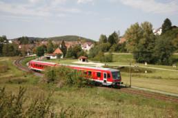 Fahrender Zug am See in Gomadingen