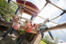 Spielende Kinder auf dem Spielplatz