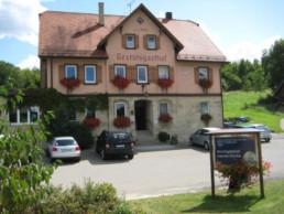 Frontansicht und Parkplatz Gestütsgasthof Marbach