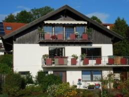 Frontansicht Haus und Balkone