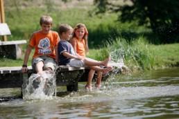 Planschende Kinder am See