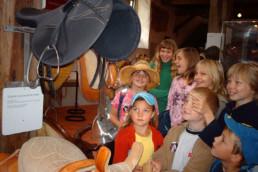 Wissbegierige Kinder im Museum