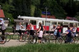 Fahrradfahrer am Bahnhof